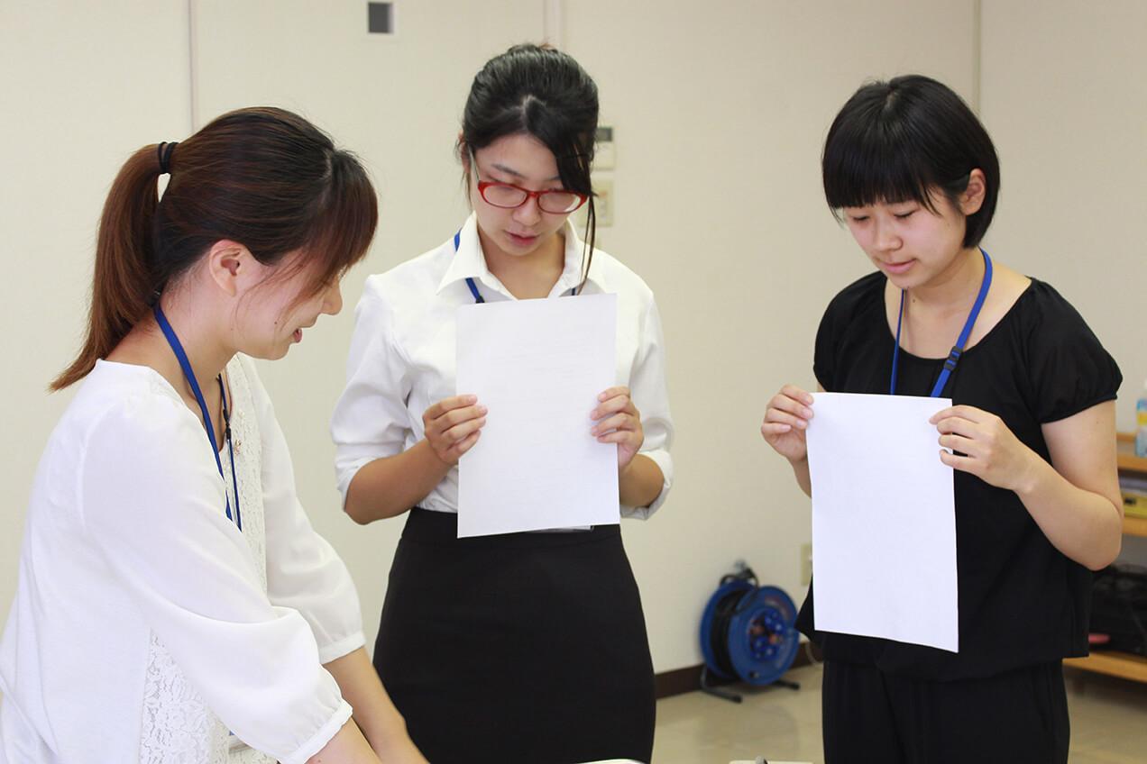インターンシップで先輩社員さんが大学生にレクチャーをしている