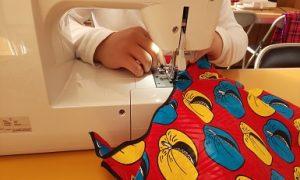 利用者さんが縫製作業をしている風景