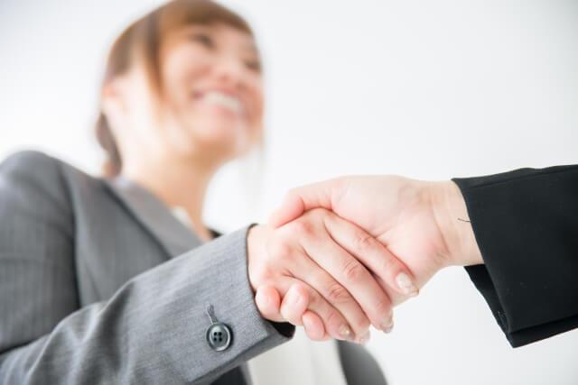 契約者と握手を交わす