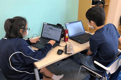 PCを使って技術的な学習をすすめる児童