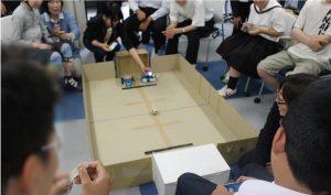 mbotというロボットを使ったサッカーゲームをしている風景